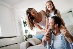 Famille heureuse ayant le temps d'amusement à la maison photos stock