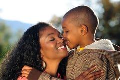 Famille heureuse, baiser photos libres de droits