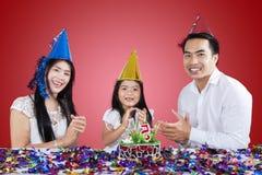 Famille heureuse battant en fête d'anniversaire Photo stock