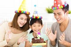 Famille heureuse célébrant l'anniversaire de filles Image stock
