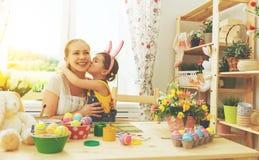 Famille heureuse célébrant Pâques mère et fille embrassant à Photos libres de droits