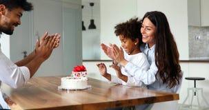 Famille heureuse célébrant un anniversaire ensemble à la maison Photos stock