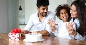 Famille heureuse célébrant un anniversaire ensemble à la maison Photos libres de droits