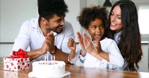 Famille heureuse célébrant un anniversaire ensemble à la maison Image libre de droits