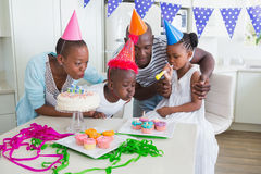 Famille heureuse célébrant un anniversaire ensemble Photographie stock libre de droits