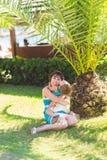 Famille heureuse, concept d'amis pour toujours Mère de sourire et petit fils jouant ensemble en parc Photographie stock