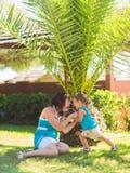 Famille heureuse, concept d'amis pour toujours Mère de sourire et petit fils jouant ensemble en parc Image libre de droits
