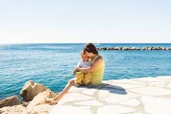 Famille heureuse, concept d'amis pour toujours Mère de sourire et petit fils jouant ensemble près de la mer Image stock