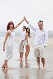 Famille heureuse convenable à la plage Image stock