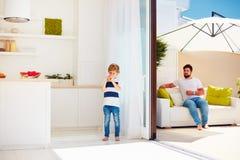 Famille heureuse détendant sur le patio de dessus de toit avec la cuisine de l'espace ouvert au jour d'été chaud photos libres de droits