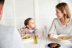 Famille heureuse dînant au restaurant ou au café Photo libre de droits