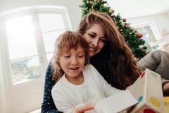 Famille heureuse dînant Noël images stock