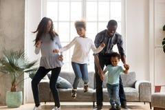 Famille heureuse d'africain noir dansant à la maison photos libres de droits