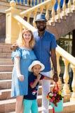 Famille heureuse d'afro-américain : père, maman et bébé garçon noirs sur la nature Utilisez-le pour un concept d'enfant, parentin Image stock