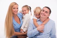 Famille heureuse d'isolement sur le fond blanc Photo libre de droits