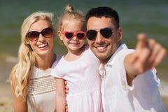 Famille heureuse dans des lunettes de soleil sur la plage d'été Photo libre de droits