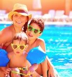 Famille heureuse dans des vacances d'été Photographie stock libre de droits