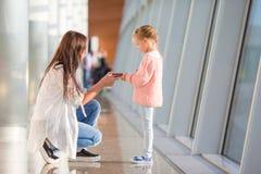 Famille heureuse dans l'embarquement de attente d'aéroport Images libres de droits
