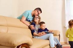 Famille heureuse dans la chambre Les plaisirs, bonheur, amour, parents Photo stock