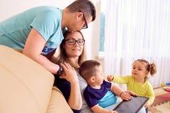 Famille heureuse dans la chambre Les plaisirs, bonheur, amour, parents Photo libre de droits