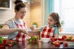 Famille heureuse dans la cuisine Images libres de droits