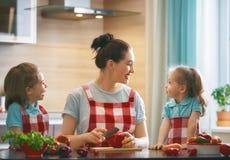 Famille heureuse dans la cuisine Photo stock