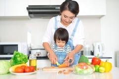 Famille heureuse dans la cuisine La fille de mère et d'enfant sont prepa Photo libre de droits
