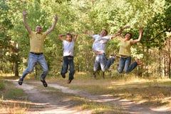 Famille heureuse dans la forêt Photos stock