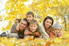 Famille heureuse dans la forêt d'automne photo libre de droits
