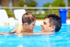 Famille heureuse dans la piscine d'été Photos libres de droits