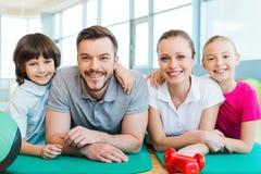 Famille heureuse dans le centre de fitness Image stock
