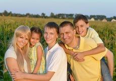 Famille heureuse dans le domaine de blé Photos libres de droits