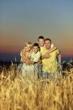 Famille heureuse dans le domaine de blé Images stock