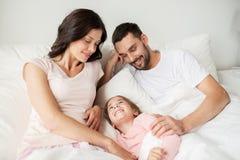 Famille heureuse dans le lit à la maison photo libre de droits