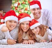 Famille heureuse dans le réveillon de Noël Image libre de droits
