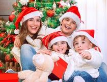 Famille heureuse dans le réveillon de Noël Photos libres de droits
