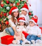 Famille heureuse dans le réveillon de Noël Photographie stock libre de droits