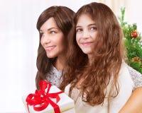 Famille heureuse dans le réveillon de Noël Images stock
