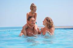 Famille heureuse dans le regroupement sur le fond de mer. Images stock