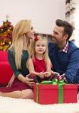 Famille heureuse dans le temps de Noël photographie stock libre de droits