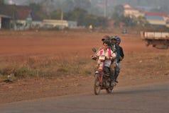 Famille heureuse dans le village de pauvres de minorité ethnique du Cambodge Image libre de droits