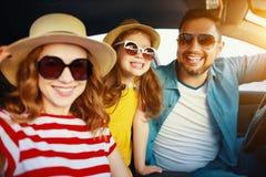 Famille heureuse dans le voyage automatique de voyage d'?t? en la voiture sur la plage photo stock