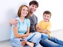 Famille heureuse dans les casuals sur l'étage Photographie stock