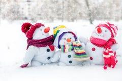 Famille heureuse de bonhomme de neige Photo libre de droits