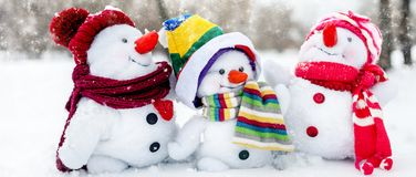 Famille heureuse de bonhomme de neige Photographie stock libre de droits