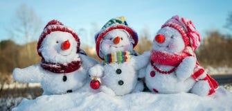 Famille heureuse de bonhomme de neige Photos stock