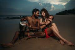 Famille heureuse de chemin mélangé Images libres de droits
