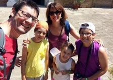 Famille heureuse de cinq personnes en dehors de l'église à Venise Images libres de droits