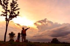 Famille heureuse de deux personnes, de père et d'enfant devant un orang-outan Photos stock