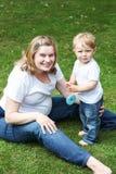 Famille heureuse de deux : petit garçon d'enfant en bas âge et son jeune m enceinte Image stock
